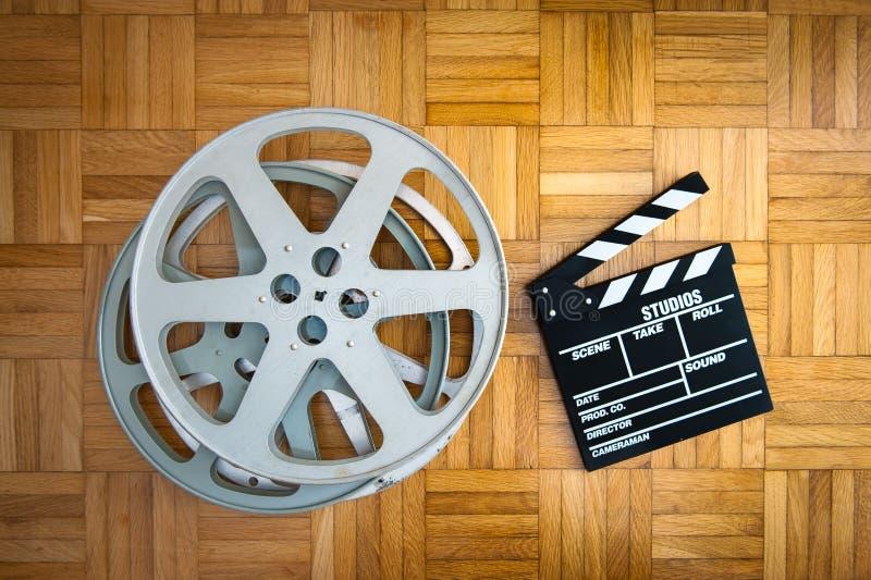 Carretel de placa e de filme de válvula do filme no assoalho de madeira fotografia de stock