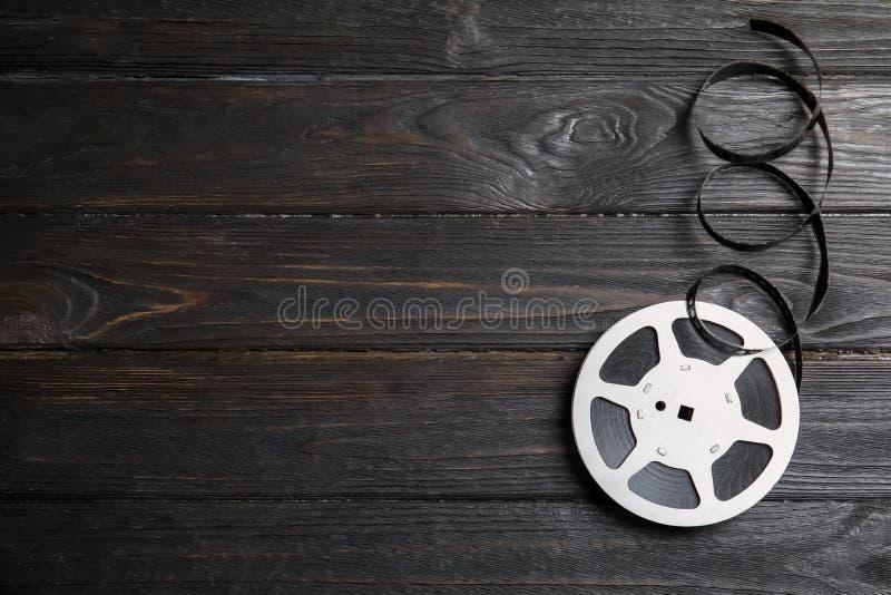 Carretel do filme no fundo de madeira Produção do cinema foto de stock