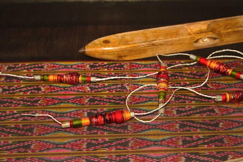 Carretel do weavin tradicional tailandês de pano da linha e da bobina de madeira imagens de stock royalty free