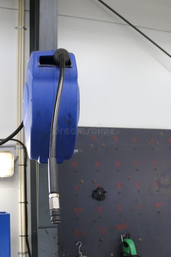 Carretel fixado na parede da mangueira de ar comprimido pneumático foto de stock