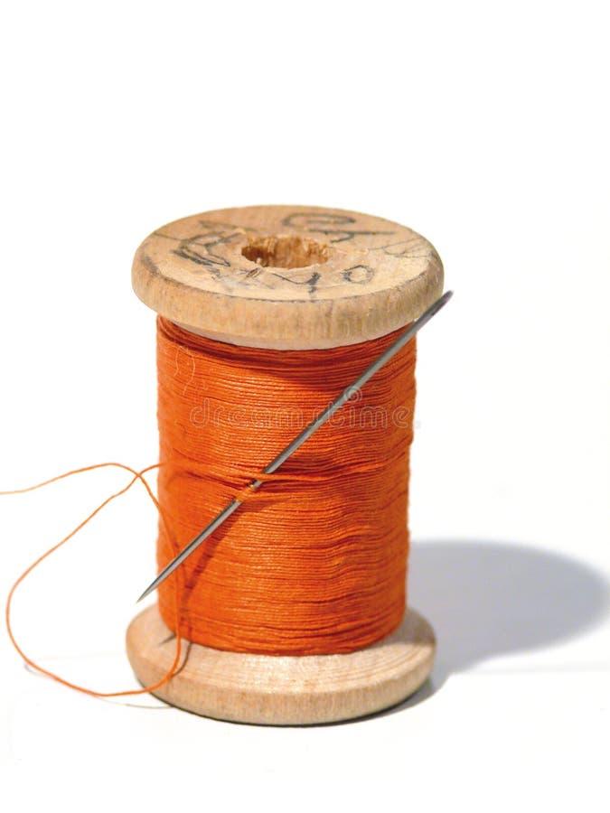 Carretel Sewing com uma agulha. Uma agulha sewing. fotografia de stock royalty free