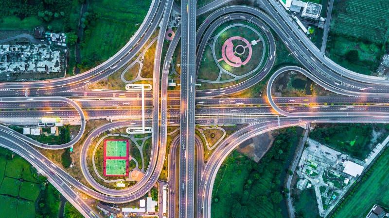 Carretera, autopista, autopista, manera del peaje en la noche, visión aérea adentro foto de archivo