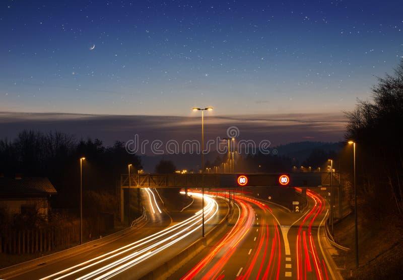 Carretera, autopista, tráfico de coche y luces borrosas imagen de archivo libre de regalías