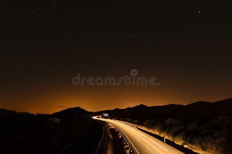 Carretera bajo las estrellas foto de archivo libre de regalías