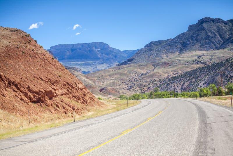Carretera con curvas con área montañosa imagenes de archivo