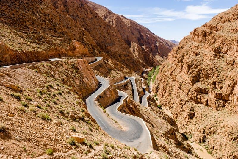Carretera con curvas en Gorges du Dades R704 en Marruecos imagen de archivo