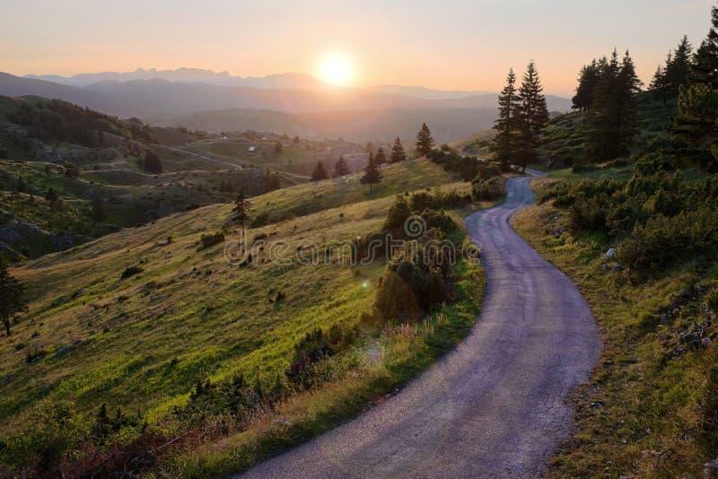Carretera con curvas en la puesta del sol en el parque nacional de Durmitor, Montenegro fotos de archivo