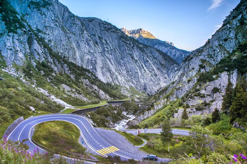 Carretera con curvas en las montañas de Suiza imagen de archivo