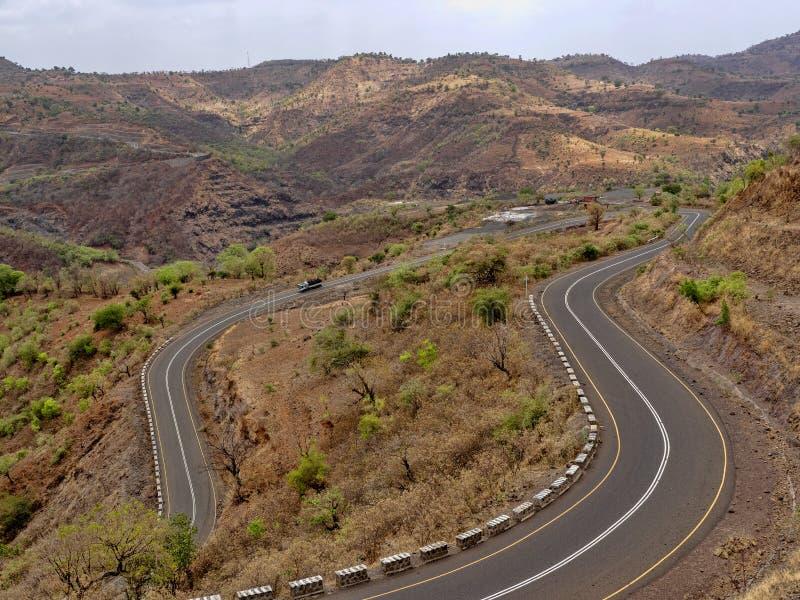 Carretera con curvas en paisaje montañoso en Etiopía septentrional foto de archivo libre de regalías