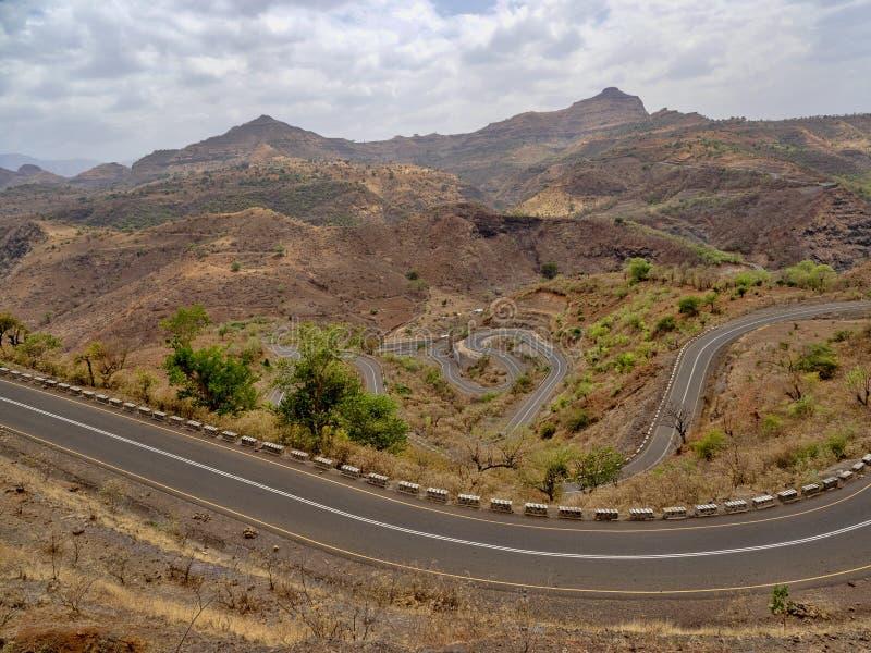 Carretera con curvas en paisaje montañoso en Etiopía septentrional fotos de archivo