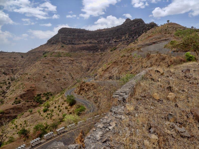 Carretera con curvas en paisaje montañoso en Etiopía septentrional imagenes de archivo