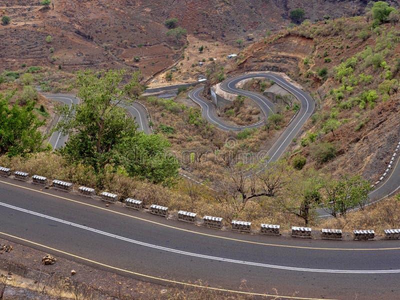 Carretera con curvas en paisaje montañoso en Etiopía septentrional imagen de archivo libre de regalías