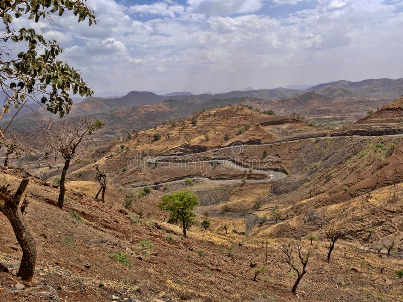 Carretera con curvas en paisaje montañoso en Etiopía septentrional fotografía de archivo