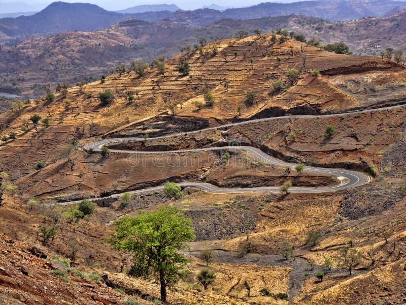 Carretera con curvas en paisaje montañoso en Etiopía septentrional imágenes de archivo libres de regalías