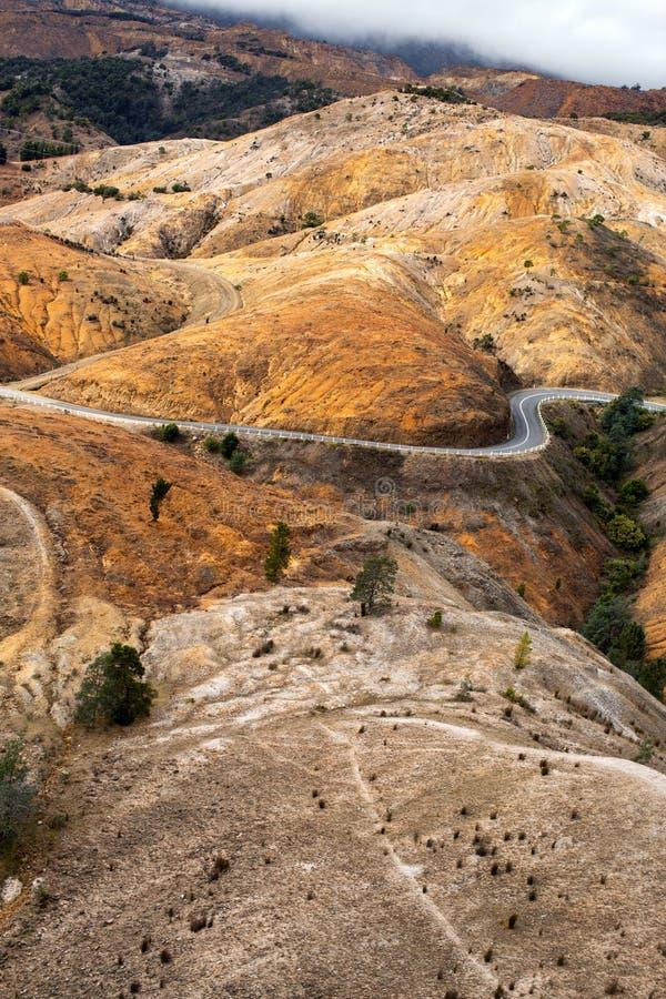 Carretera con curvas en Queenstown Tasmania imagen de archivo