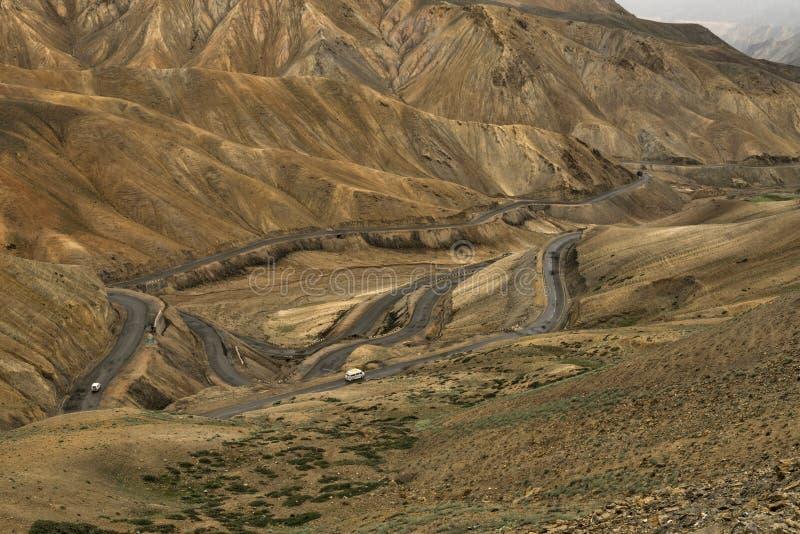 Carretera con curvas, pieza de la carretera de Leh-Manali, Lamayuru, Ladakh, Jammu y Cachemira, la India foto de archivo