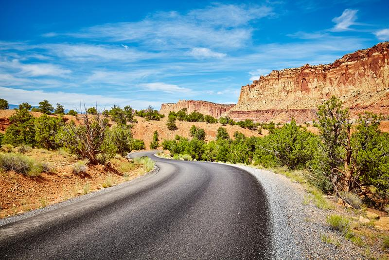 Carretera con curvas pintoresca imagen de archivo
