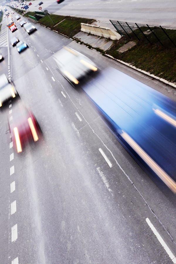 Carretera con las porciones de coches fotografía de archivo libre de regalías