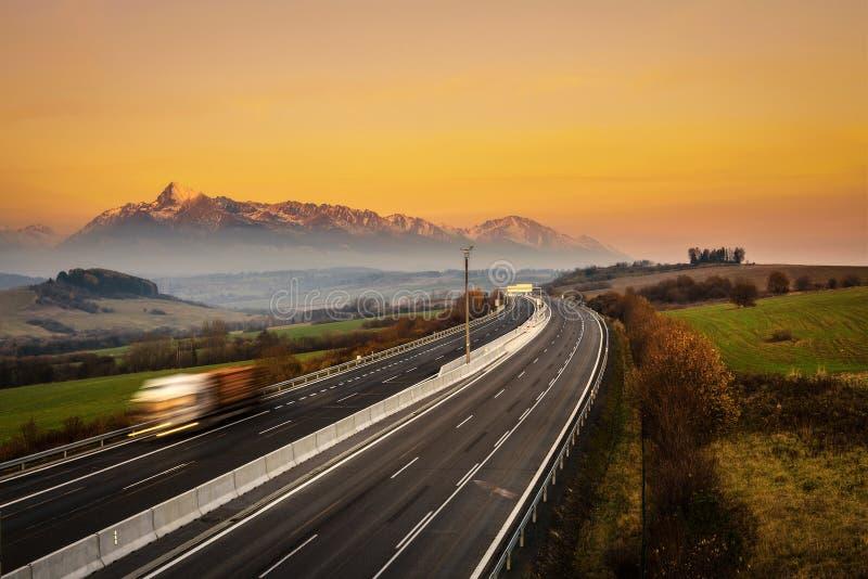 Carretera con un camión debajo de alto Tatras en Eslovaquia fotos de archivo
