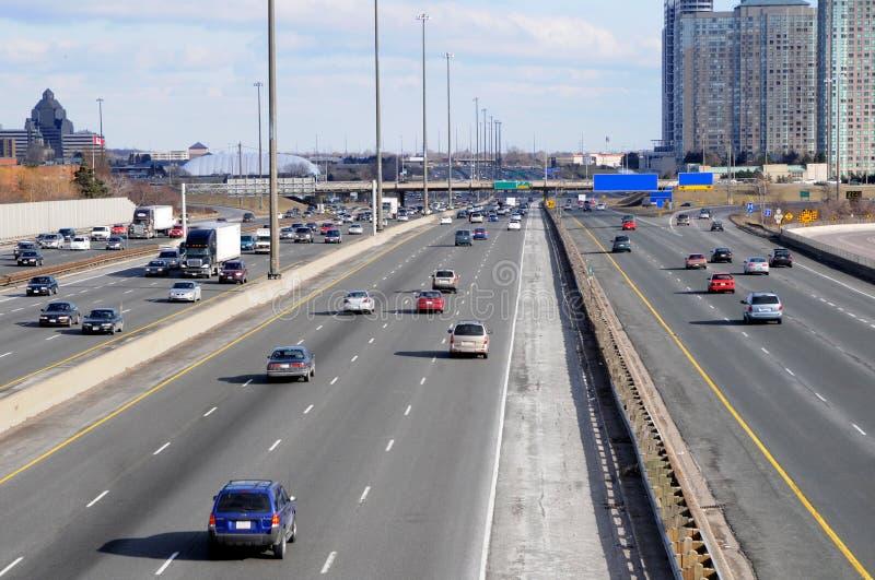 Carretera con varios carriles imagen de archivo