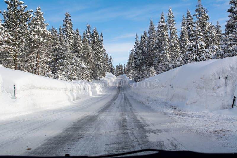 Carretera congelada 88 del camino hacia Carson Pass imagen de archivo libre de regalías