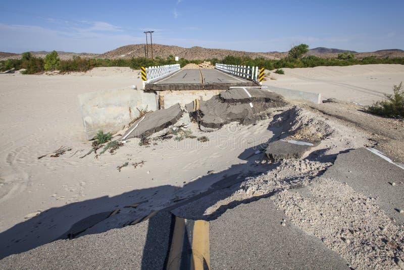 Carretera dañada inundación cerrada del puente foto de archivo