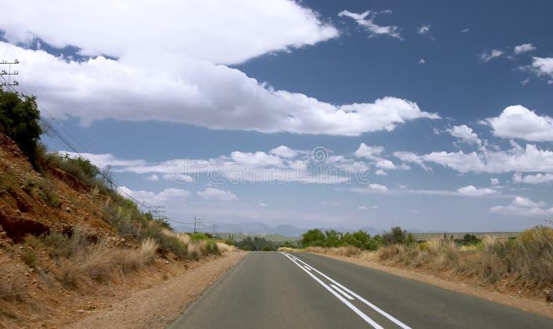 Carretera de asfalto al cielo azul imágenes de archivo libres de regalías