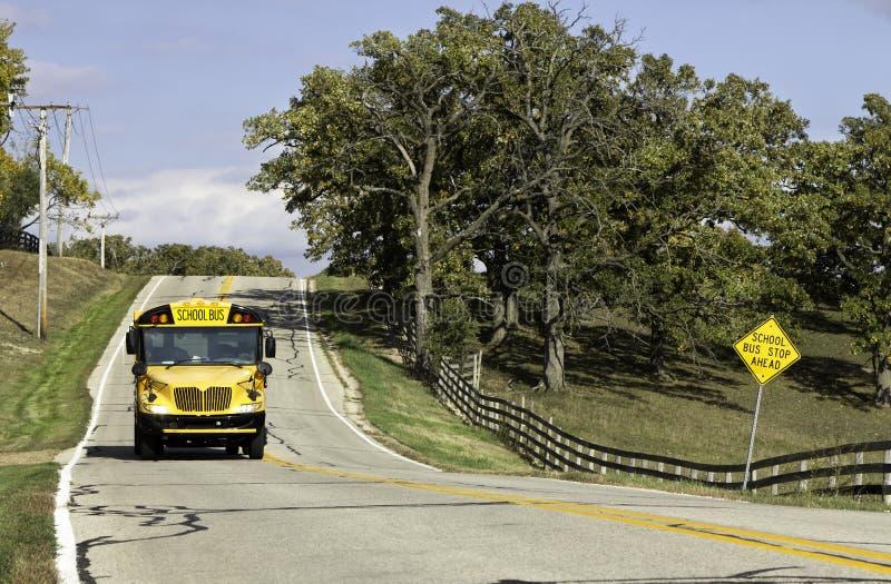 Carretera de asfalto americana del país con la muestra del autobús escolar imagen de archivo libre de regalías