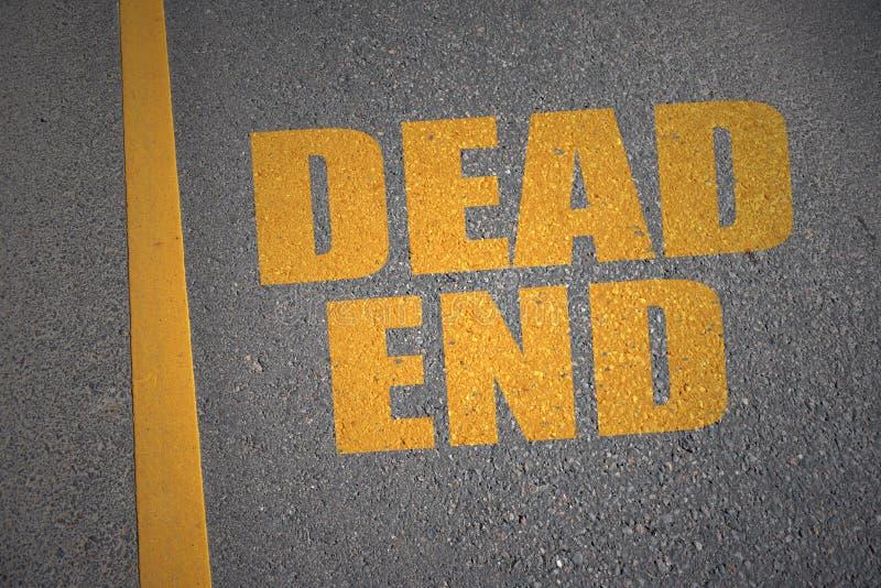 Carretera de asfalto con el callejón sin salida del texto cerca de la línea amarilla fotografía de archivo libre de regalías