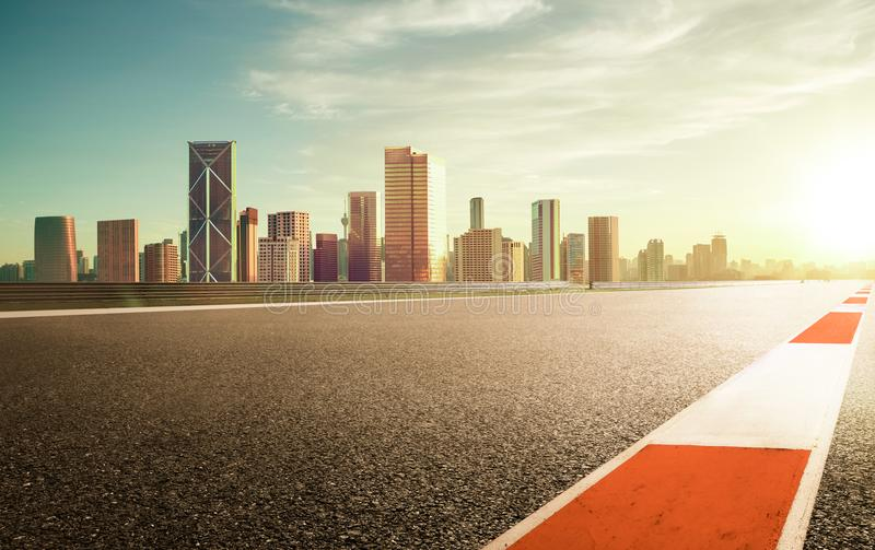 Carretera de asfalto con horizonte moderno de la ciudad fotos de archivo libres de regalías
