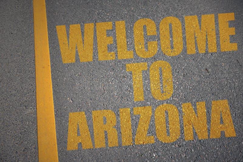 carretera de asfalto con la recepción del texto a Arizona cerca de la línea amarilla fotografía de archivo libre de regalías