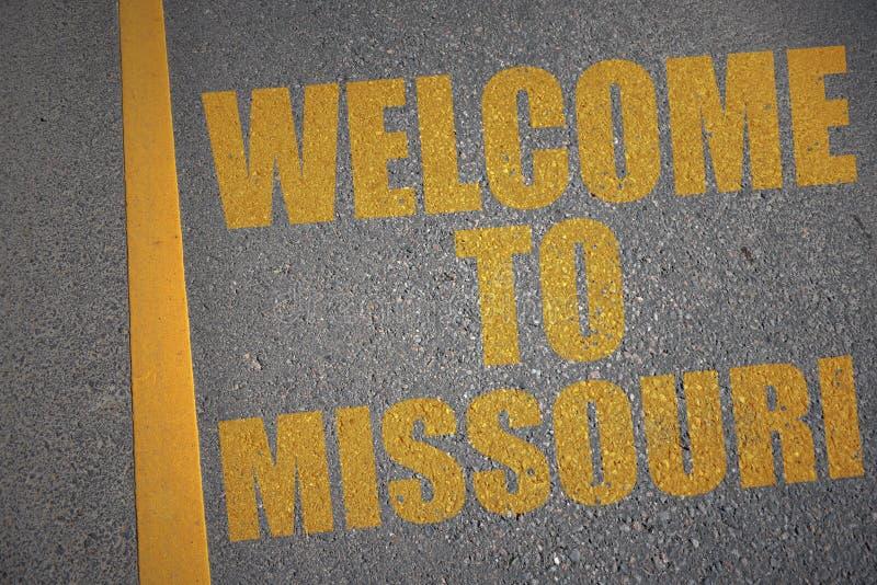 carretera de asfalto con la recepción del texto a Missouri cerca de la línea amarilla imágenes de archivo libres de regalías
