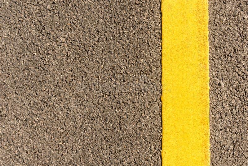 Carretera de asfalto con las rayas amarillas fotos de archivo