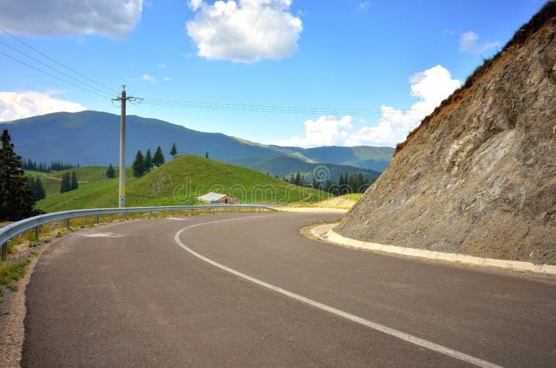 Carretera de asfalto en la montaña foto de archivo