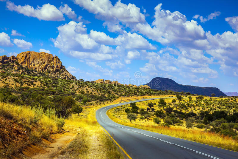 Carretera de asfalto en Namibia fotos de archivo