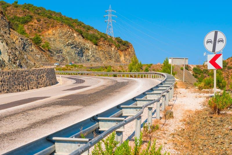 Carretera de asfalto en un área montañosa foto de archivo libre de regalías