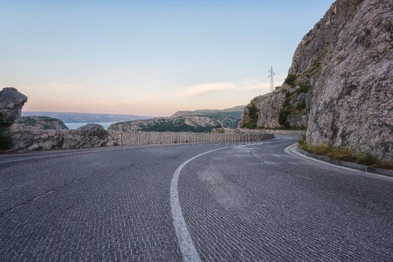 Carretera de asfalto de enrrollamiento pintoresca de la montaña, Croacia fotografía de archivo libre de regalías