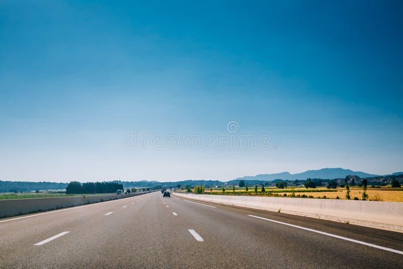 Carretera de asfalto hermosa, autopista sin peaje, autopista, carretera debajo de b soleado imagen de archivo libre de regalías