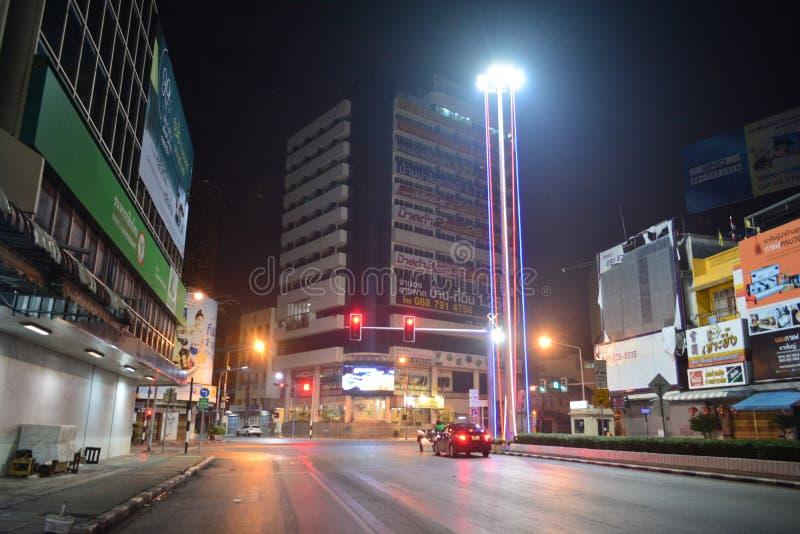 Carretera de asfalto de la vista lateral en hatyai en la noche foto de archivo