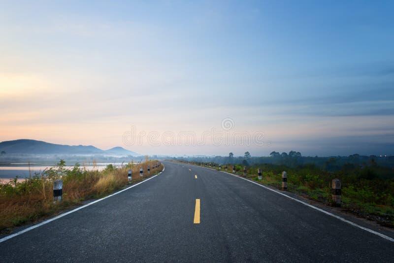Carretera de asfalto de la carretera y hermoso vacíos fotografía de archivo