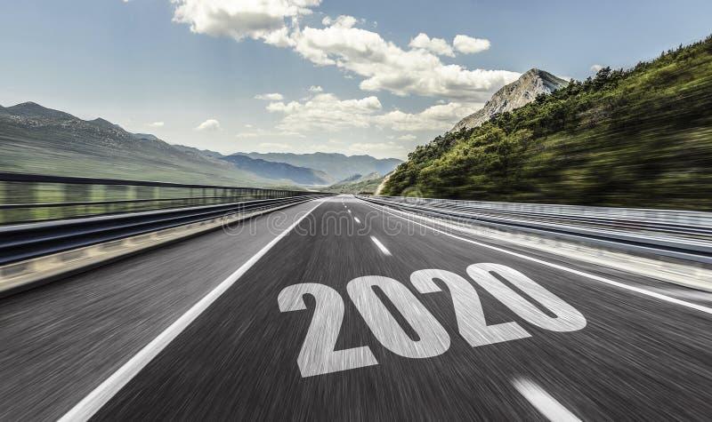 Carretera de asfalto vacía y Año Nuevo 2020 Dos miles y veinte imagen de archivo