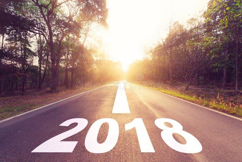 Carretera de asfalto vacía y concepto de las metas del Año Nuevo 2018 foto de archivo libre de regalías