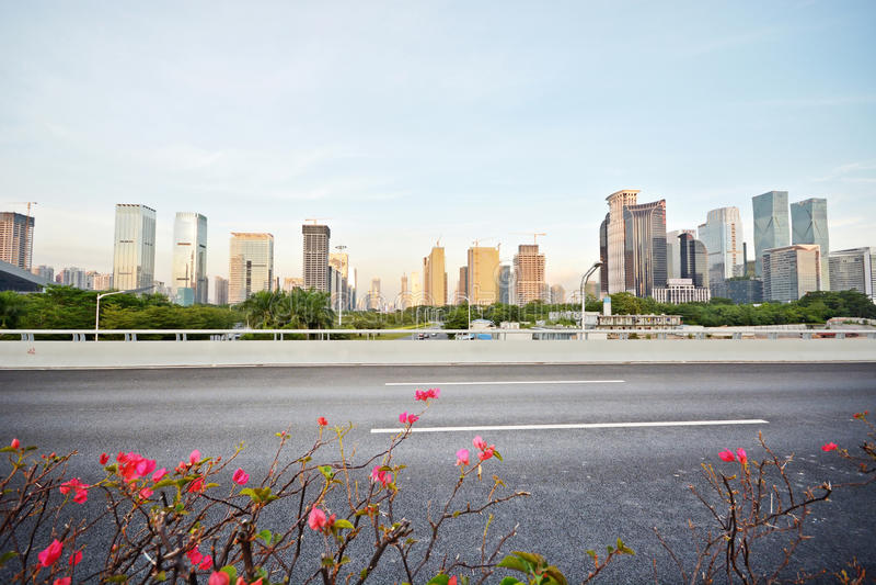 Carretera de asfalto y ciudad moderna fotografía de archivo libre de regalías