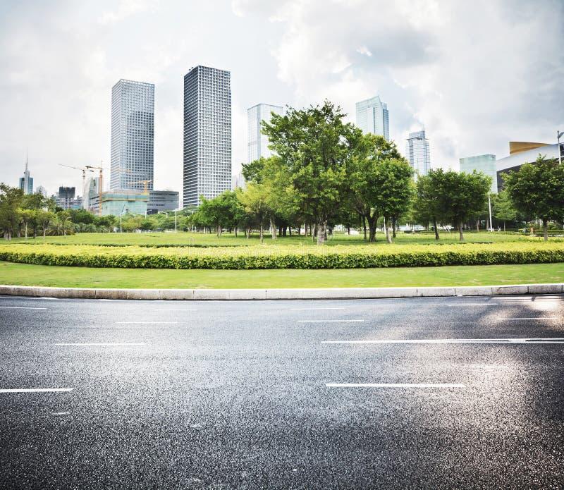 Carretera de asfalto y ciudad moderna fotografía de archivo