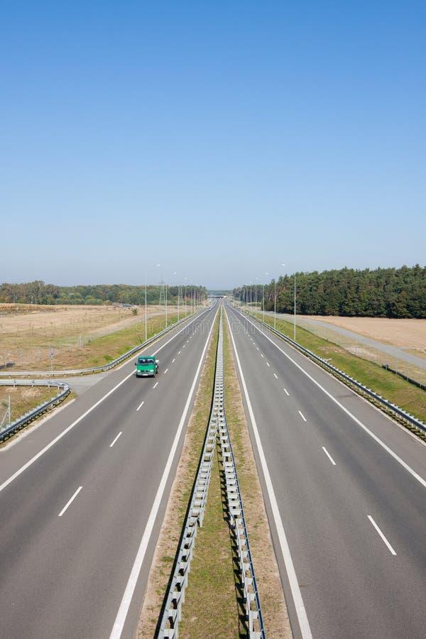 Carretera de dos calles con los coches foto de archivo