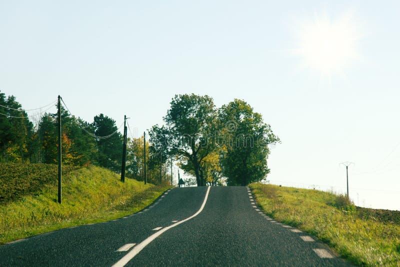 Carretera de dos calles en las colinas de Francia imagen de archivo