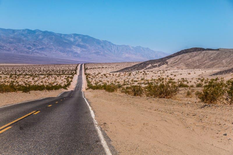 Carretera de los E.E.U.U. al parque nacional de Death Valley, California imágenes de archivo libres de regalías