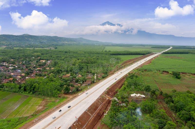 Carretera de peaje hermosa de Ungaran con el fondo de la montaña imagen de archivo