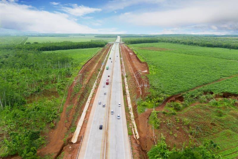 Carretera de peaje de Ungaran con tierras de labrantío en la mañana imagenes de archivo