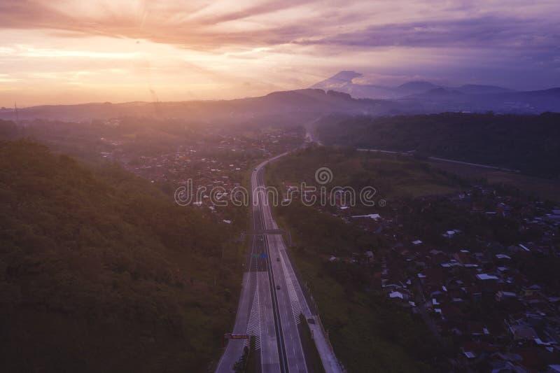 Carretera de peaje de Ungaran en el tiempo de la salida del sol foto de archivo